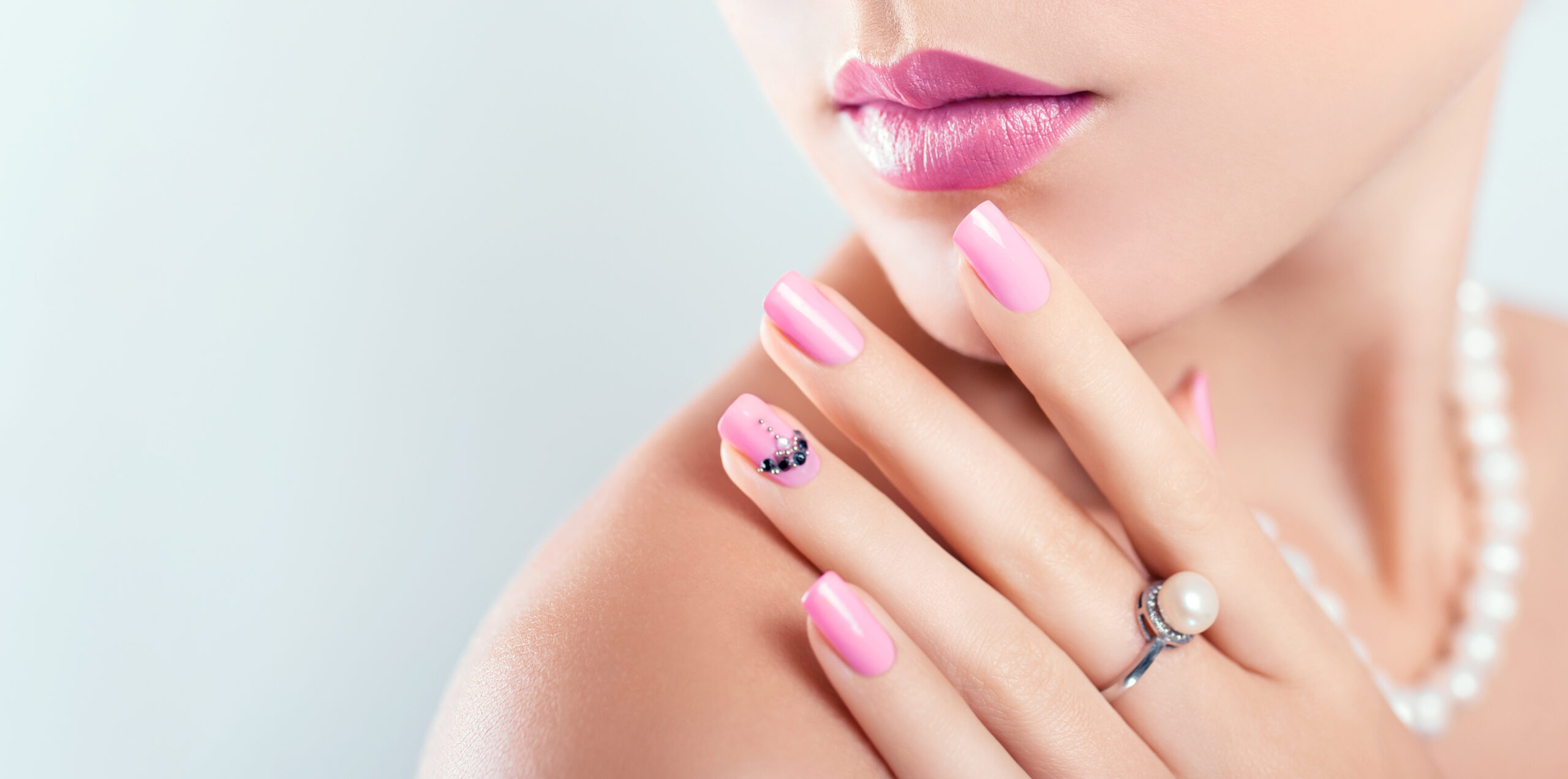 paznokcie ślubne w kolorze różu z błyszczącymi dodatkami