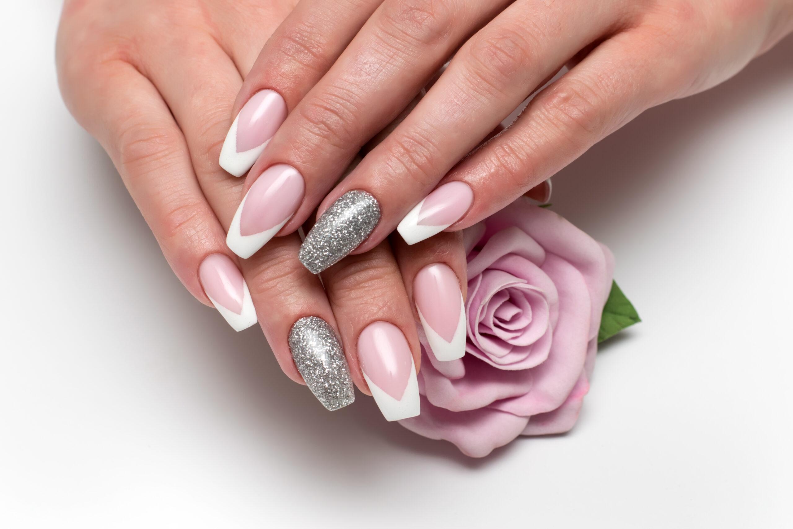 różowe paznokcie na ślub french ze srebrnymi dodatkami na dłoniach panny młodej