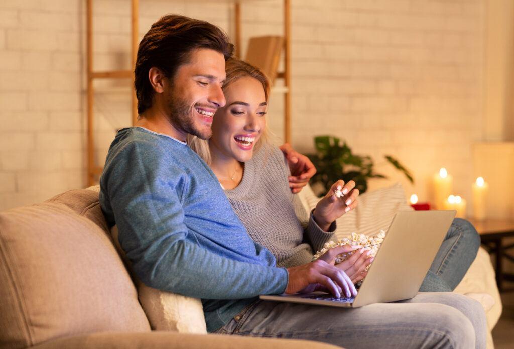 młoda para oglądająca komedie francuskie
