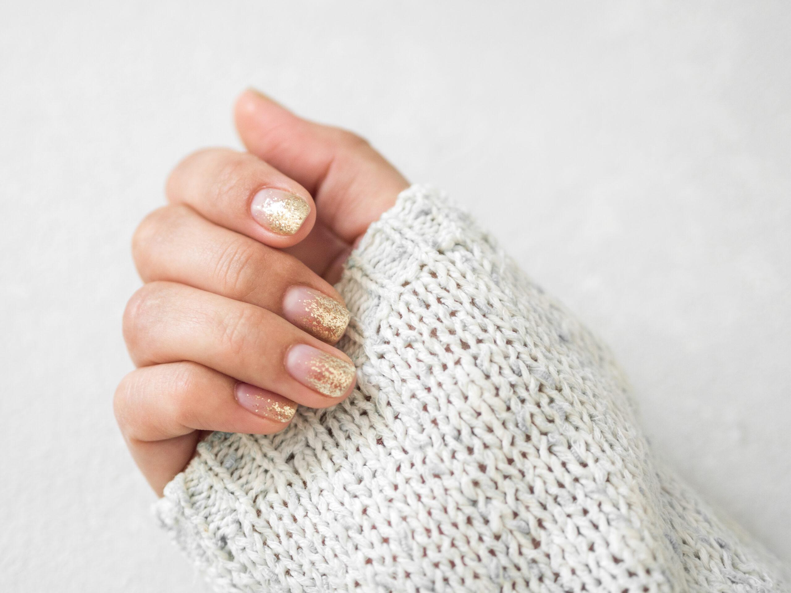 ślubne paznokcie w kolorze nude ze złotymi dodatkami