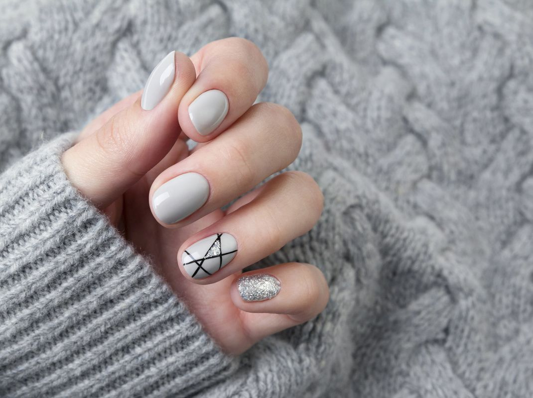Szare ślubne paznokcie z brokatem