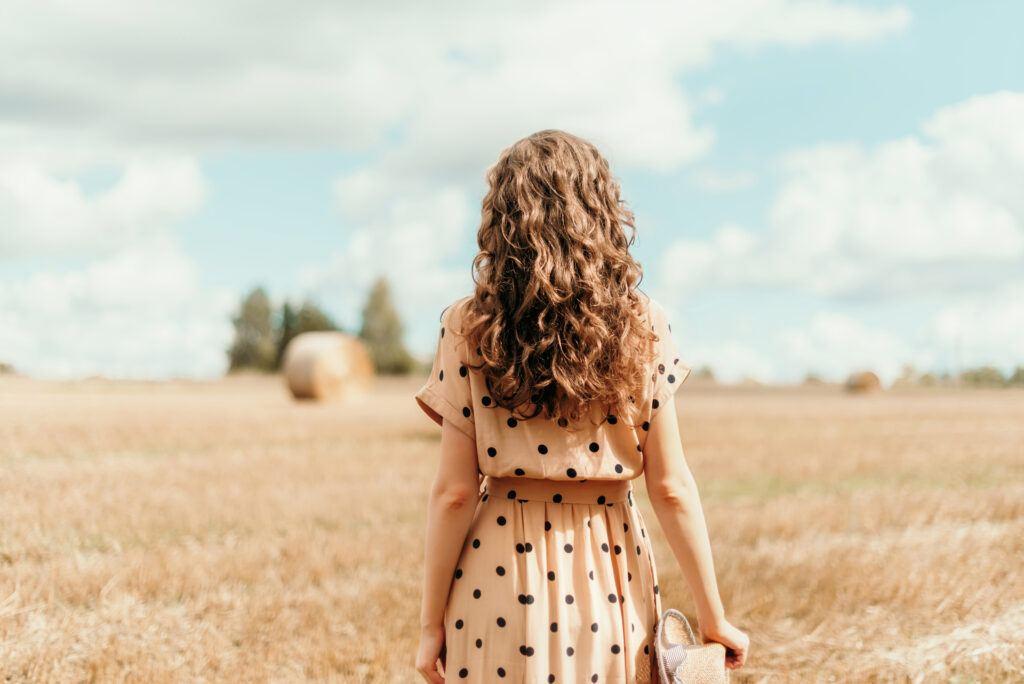 Sukienka w groszki – must have roku! Sprawdź jak nosić sukienkę w kropki