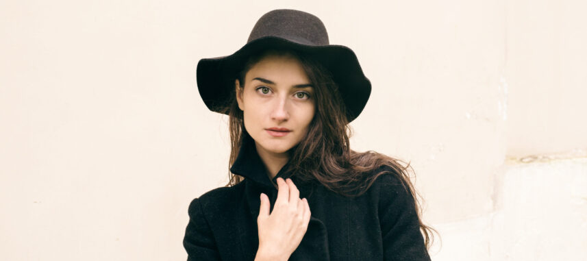 Jak nosić kapelusz damski? Sprawdź, z czym zestawić to stylowe nakrycie głowy!