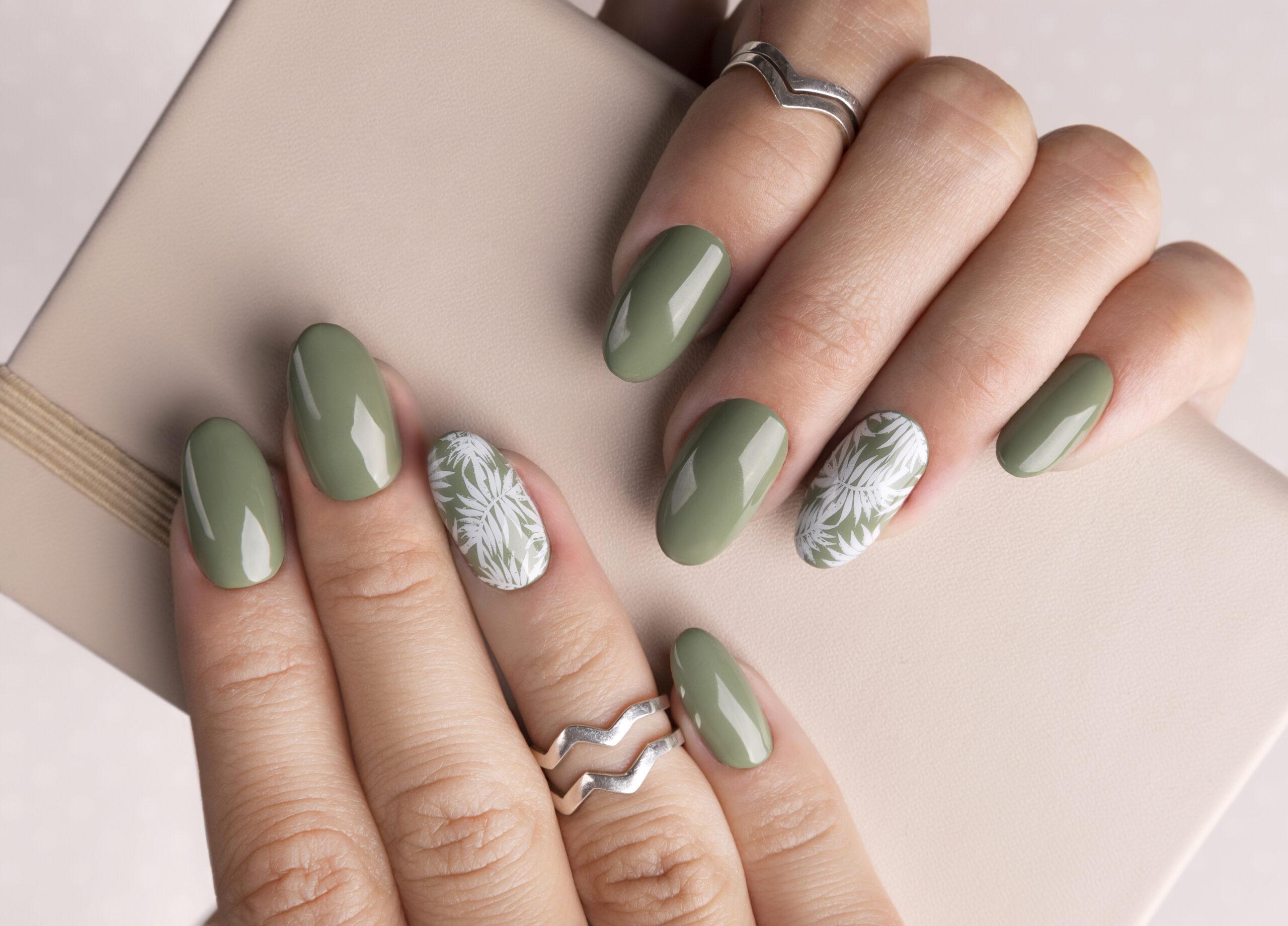 zielony manicure ślubny z wzorem