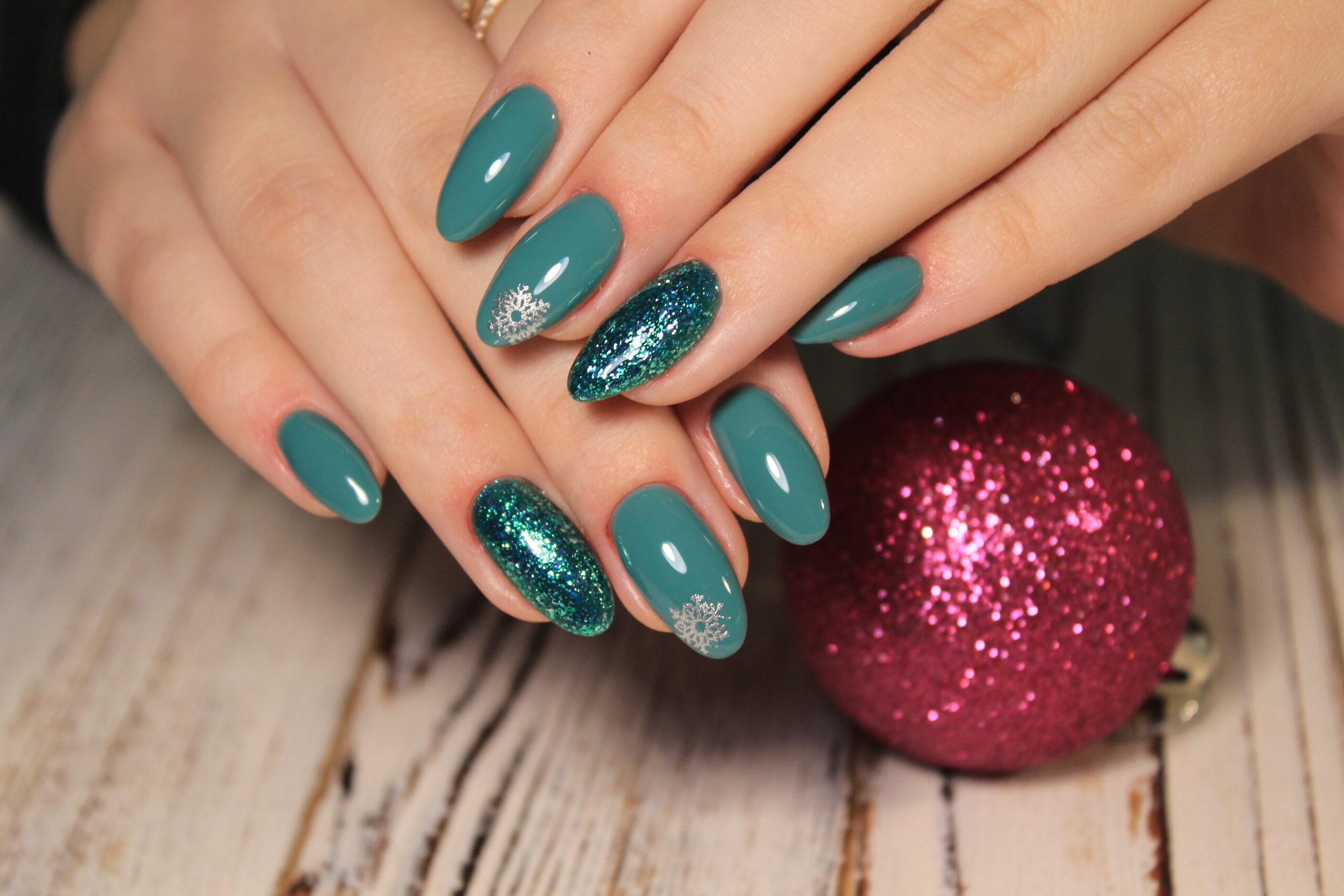 zielone świąteczne paznokcie na ślub