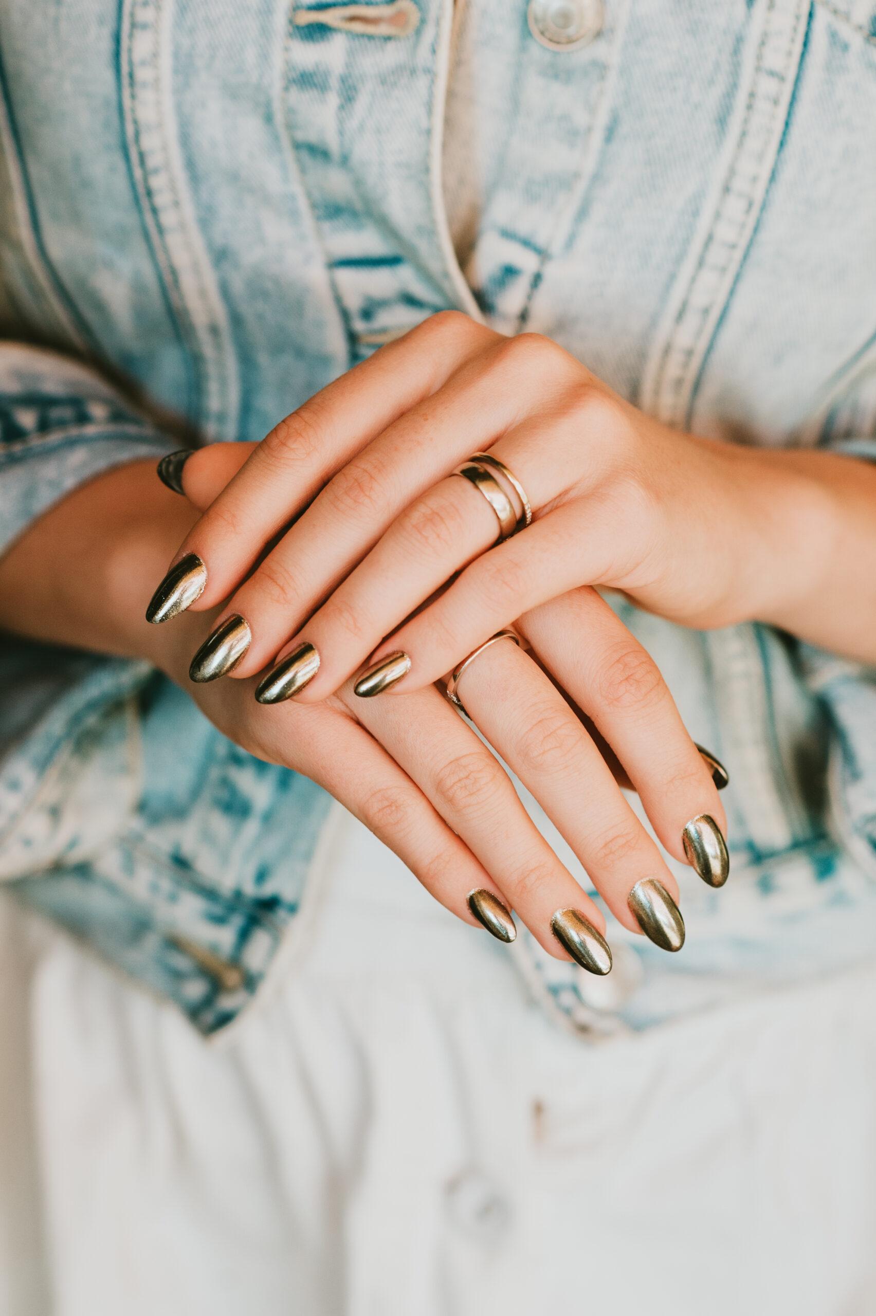 złote lustrzane paznokcie ślubne