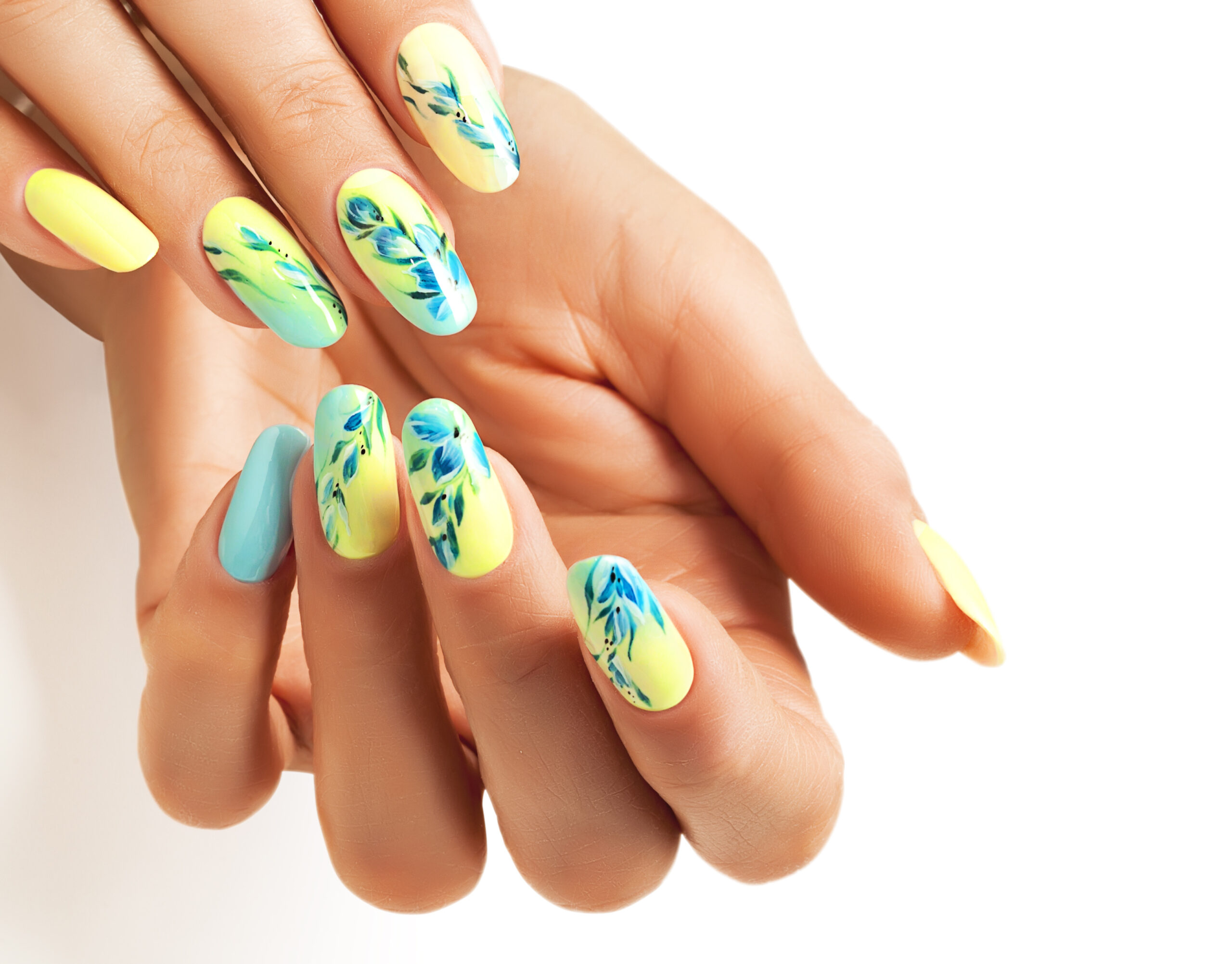 żółte paznokcie ślubne w kwiatowy wzór