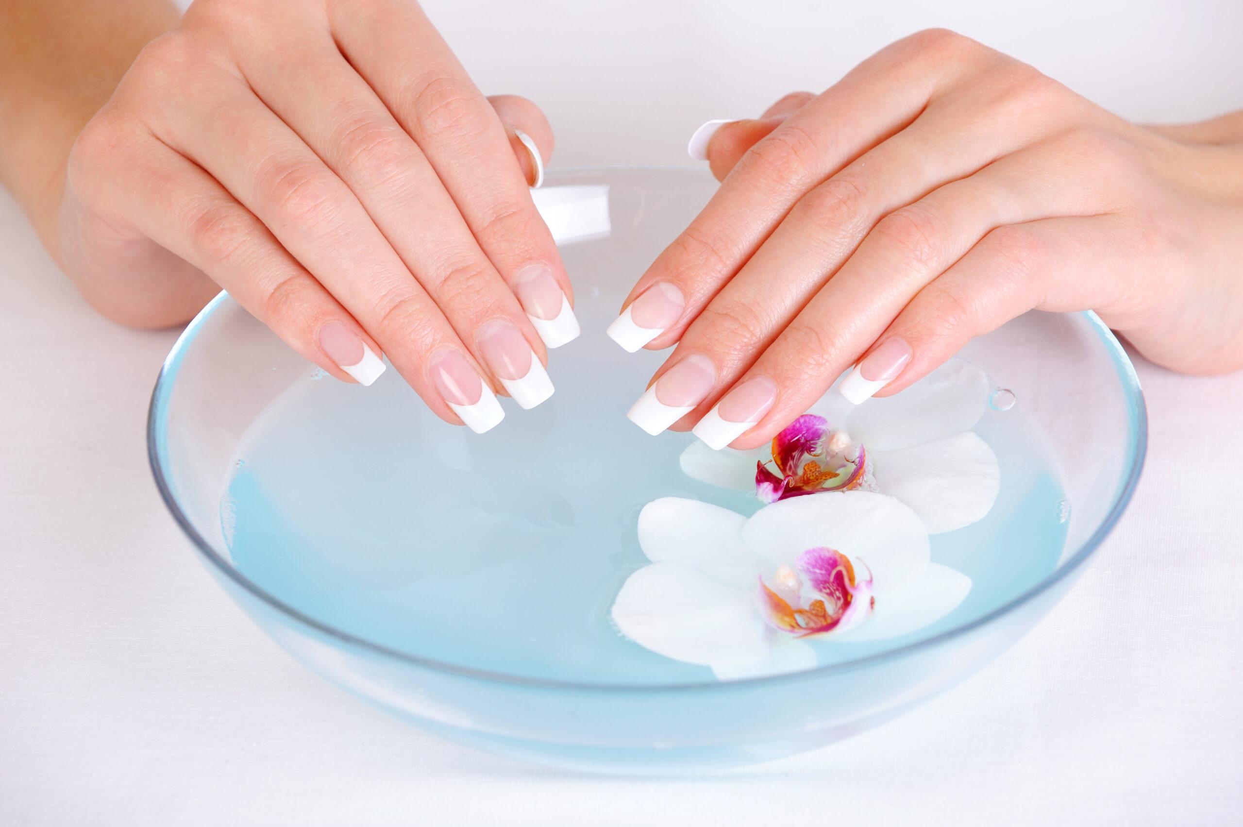 Ślubne paznokcie przed wykonaniem rytuału spa dla dłoni