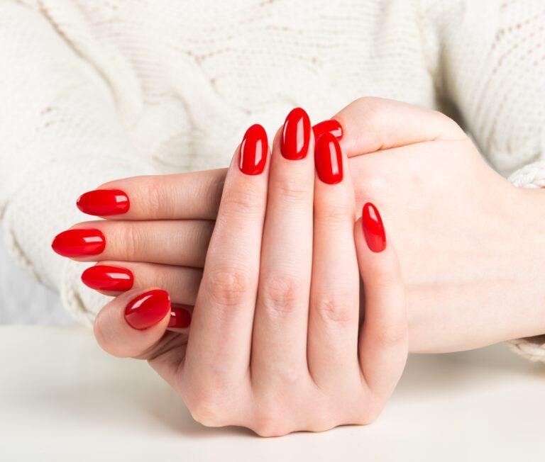 Ślubne paznokcie w kolorze czerwonym bez dodatków