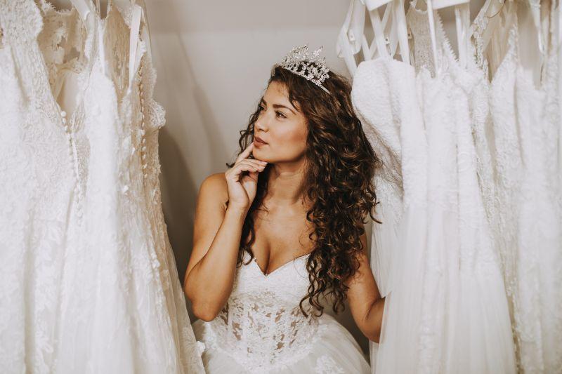 Organizacja wesela dziewczyna wybierająca suknię ślubną
