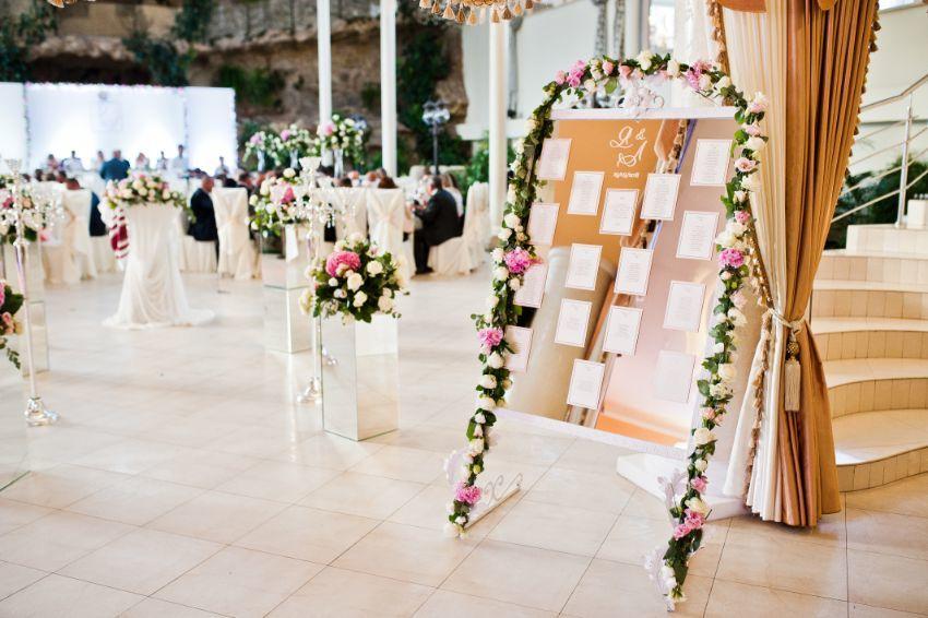 plan stołów weselnych na lustrze