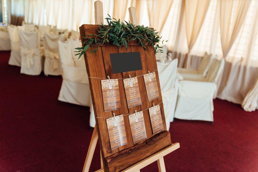 plan stołów weselnych w drewnie