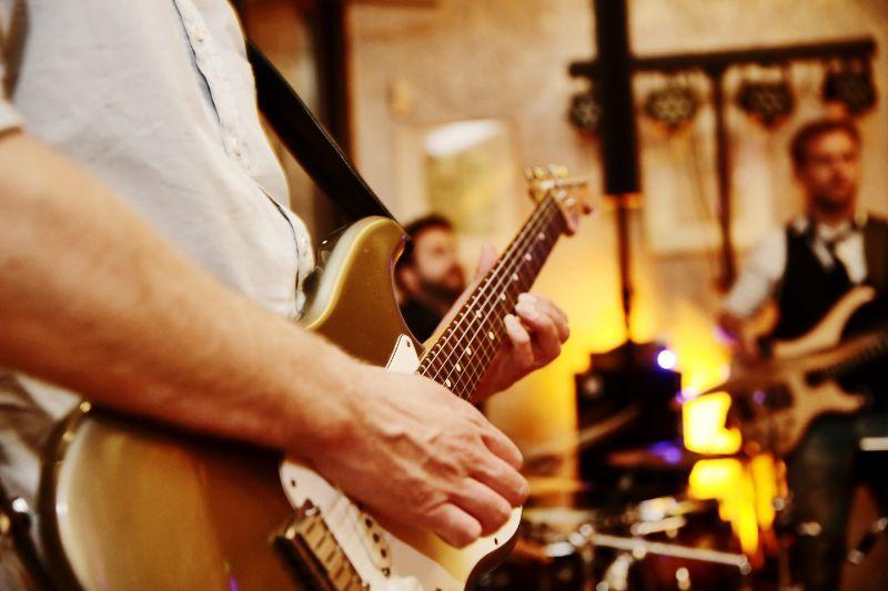 Organizacja wesela członek zespołu muzycznego grający na gitarze