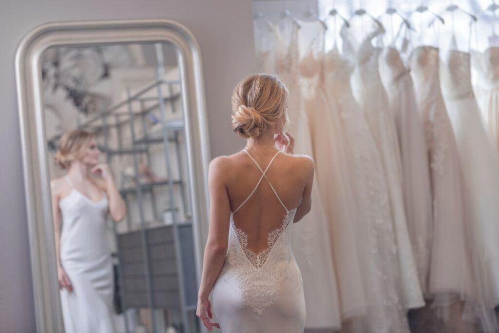 Proste suknie ślubne 2021