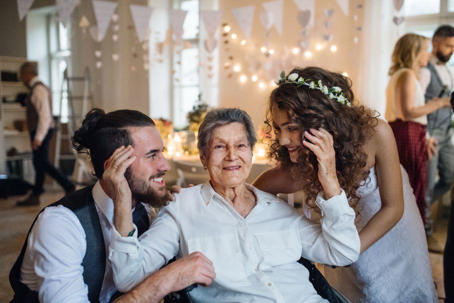 Para młoda z babcią po zakończonych podziękowaniu dla rodziców