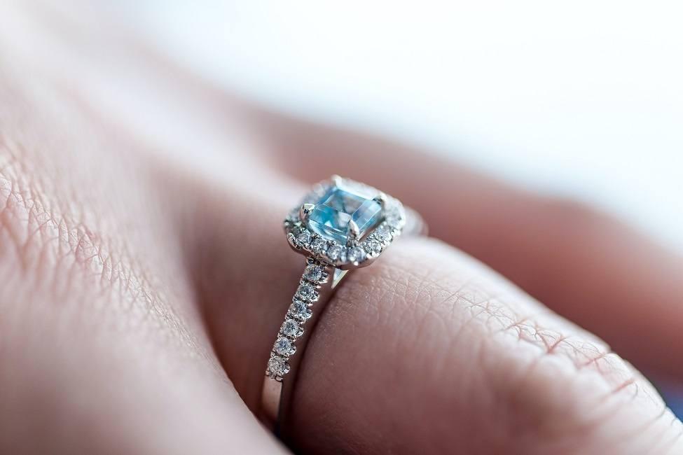 pierścionek zaręczynowy z błękitnym kamieniem szlachetnym