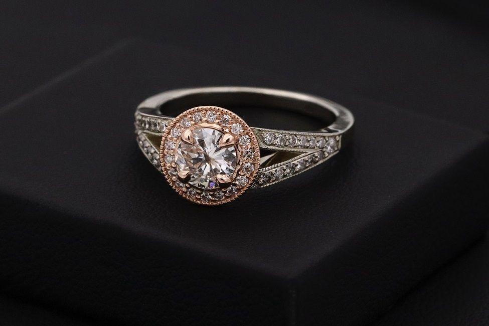 pierścionek zaręczynowy zdobiony kamieniami