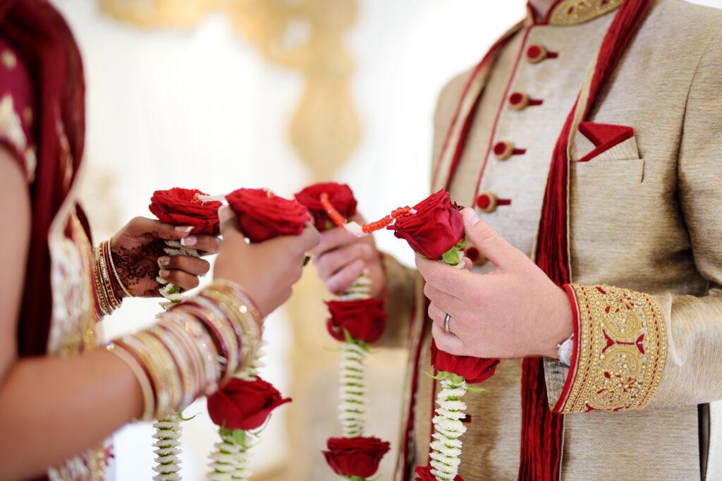 Ślub w Indiach girlandy