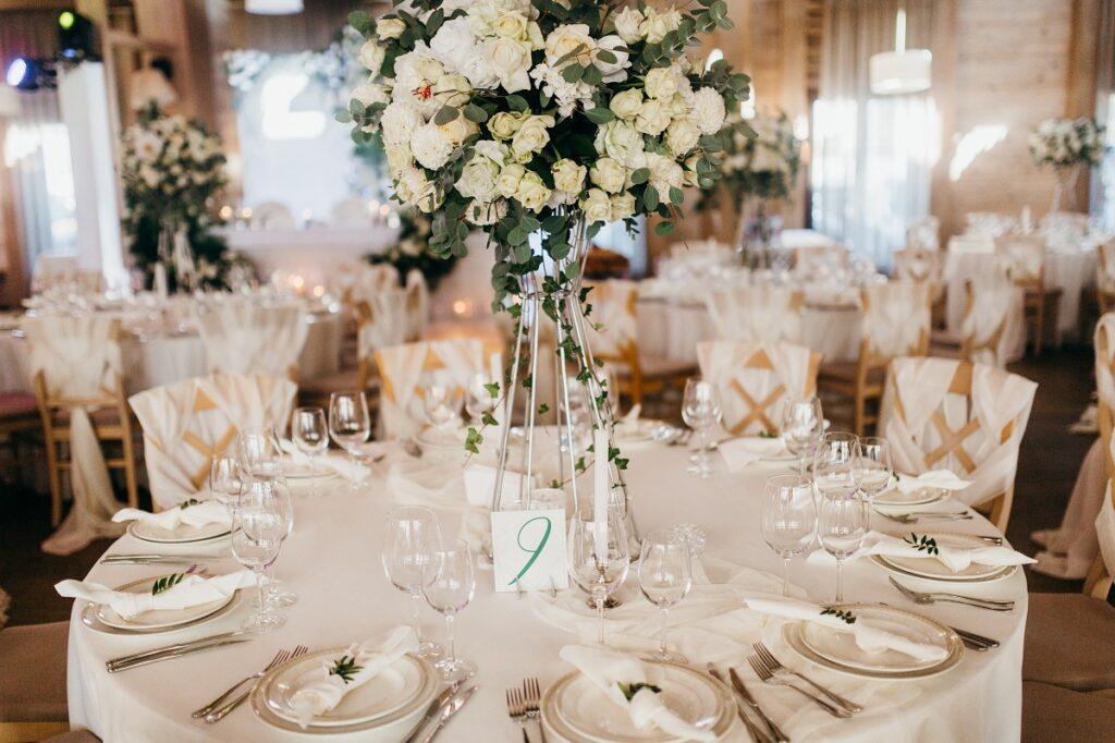 Dekoracje stołów weselnych – na co warto zwrócić uwagę przy ich planowaniu?