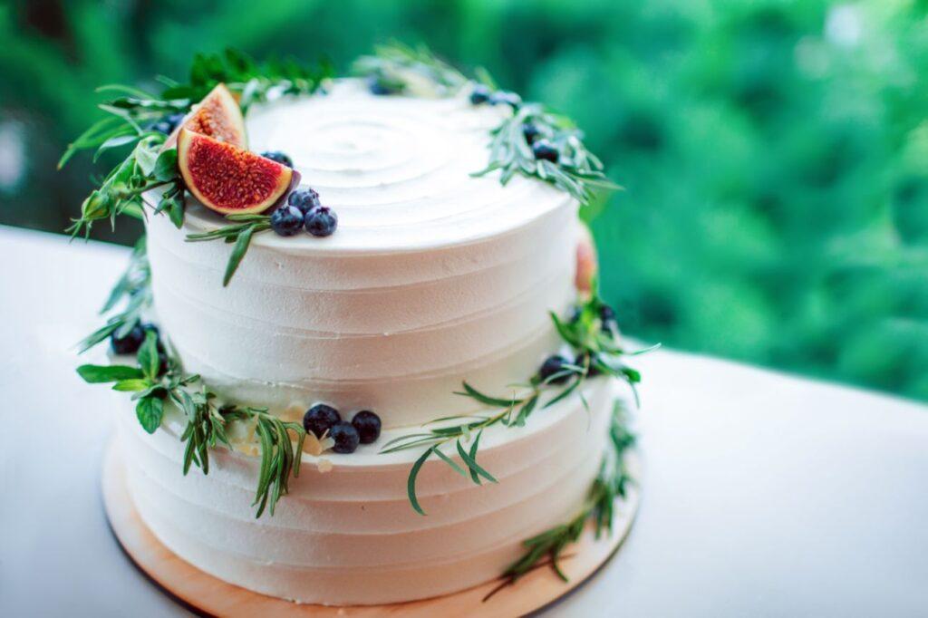 Rustykalny tort weselny z figą i rozmarynem