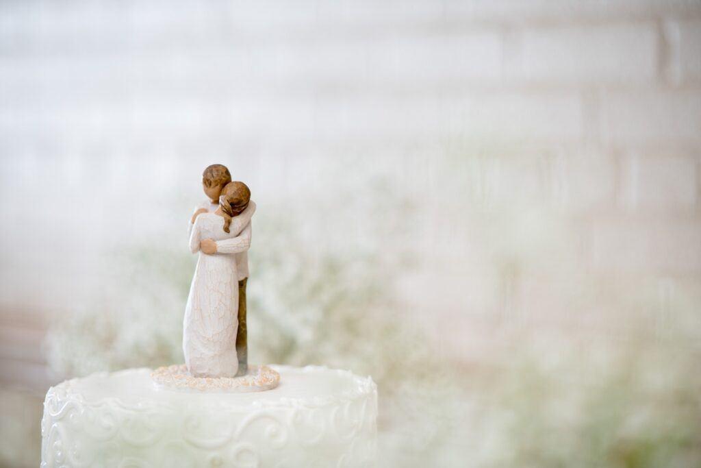 tort weselny z figurką pary młodej