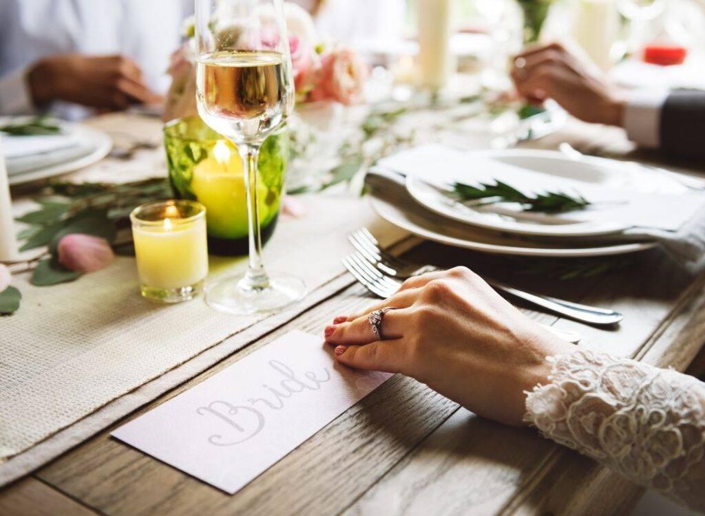 panna młoda przy stole rozmawia o menu weselnym