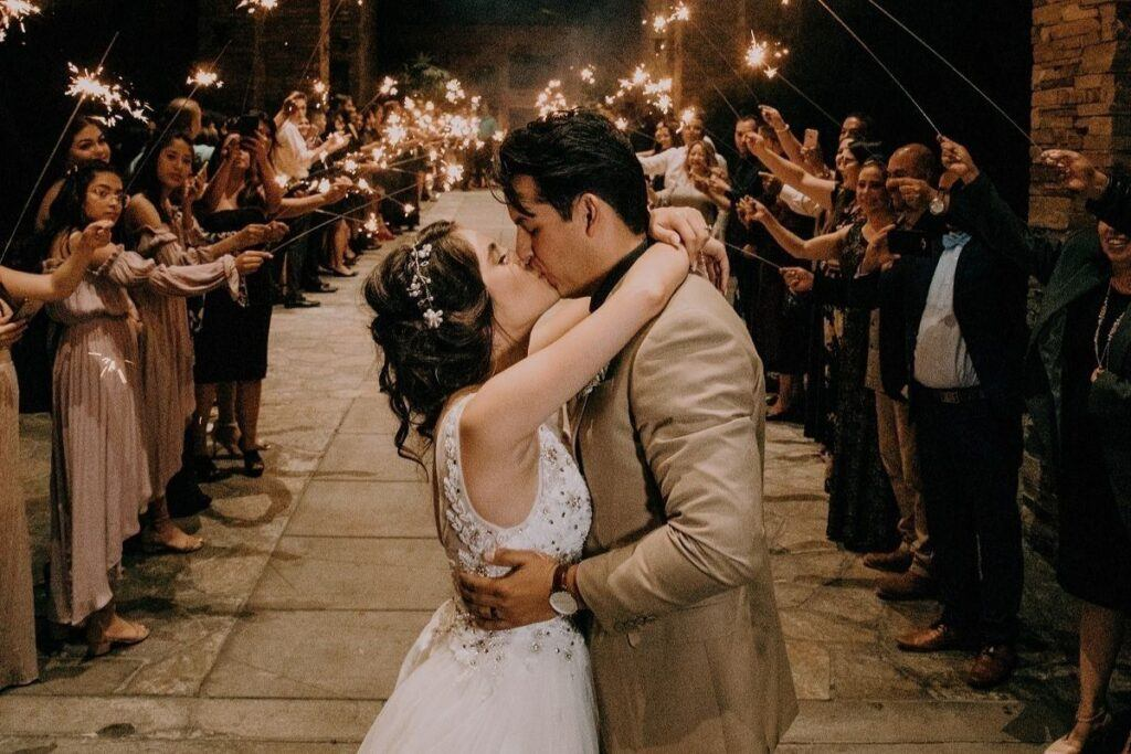 Para młoda całuje się po ślubie jednostronnym