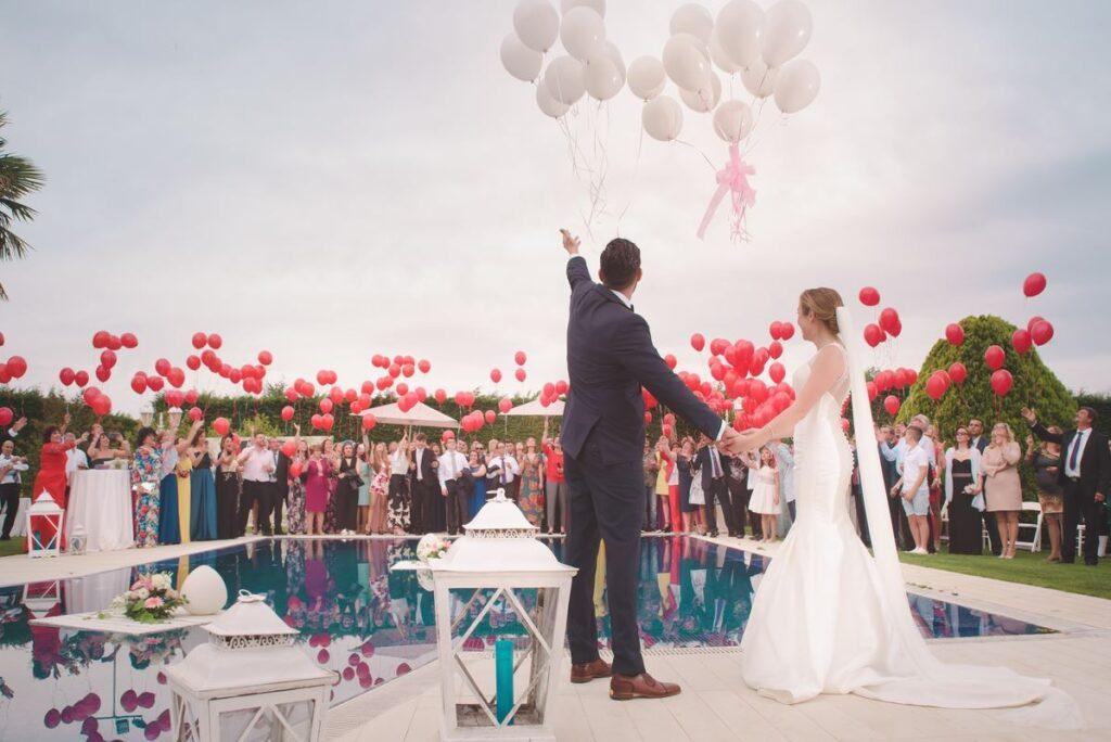 Goście czekają na składanie życzeń ślubnych