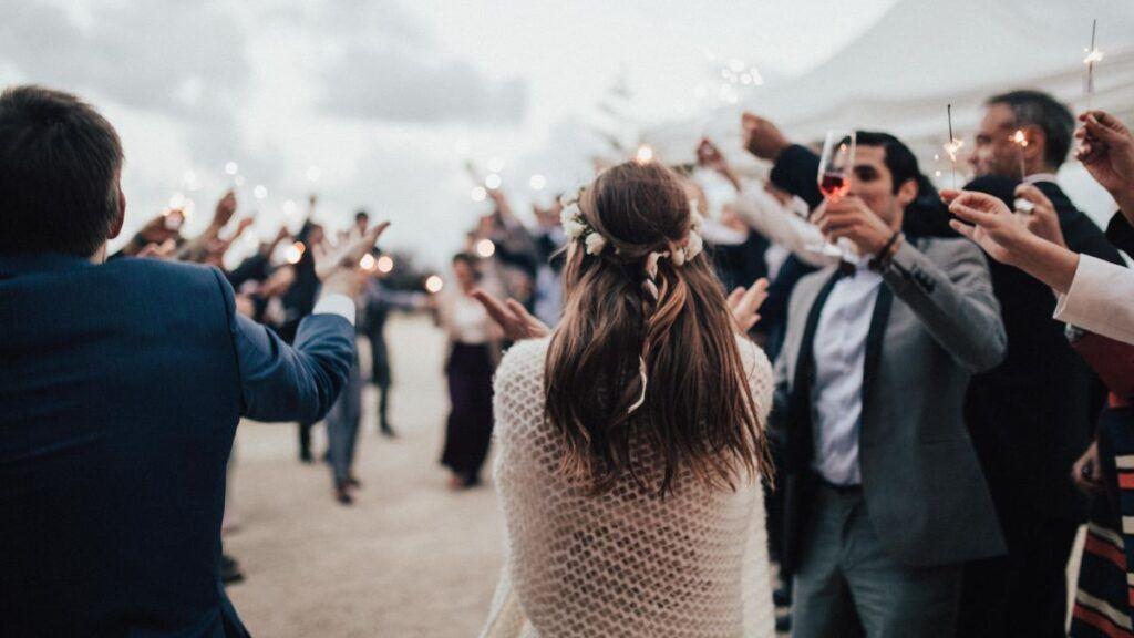 para młoda świętuje z zaproszonymi gośćmi