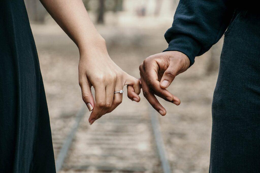 Pierścionek zaręczynowy na palcu narzeczonej
