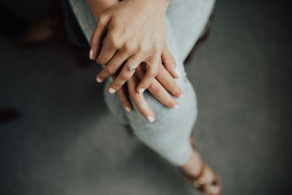 Lewa ręka z pierścionkiem zaręczynowym