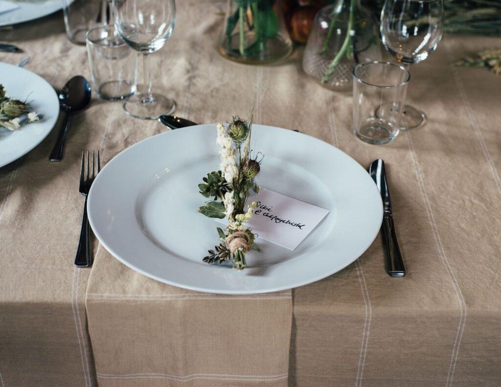 Pukiet kwiatów jako prezent dla gości weselnych