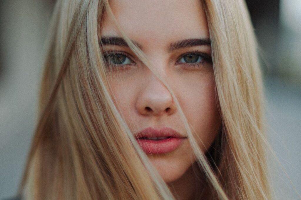 Blondynka w dziennym makijażu
