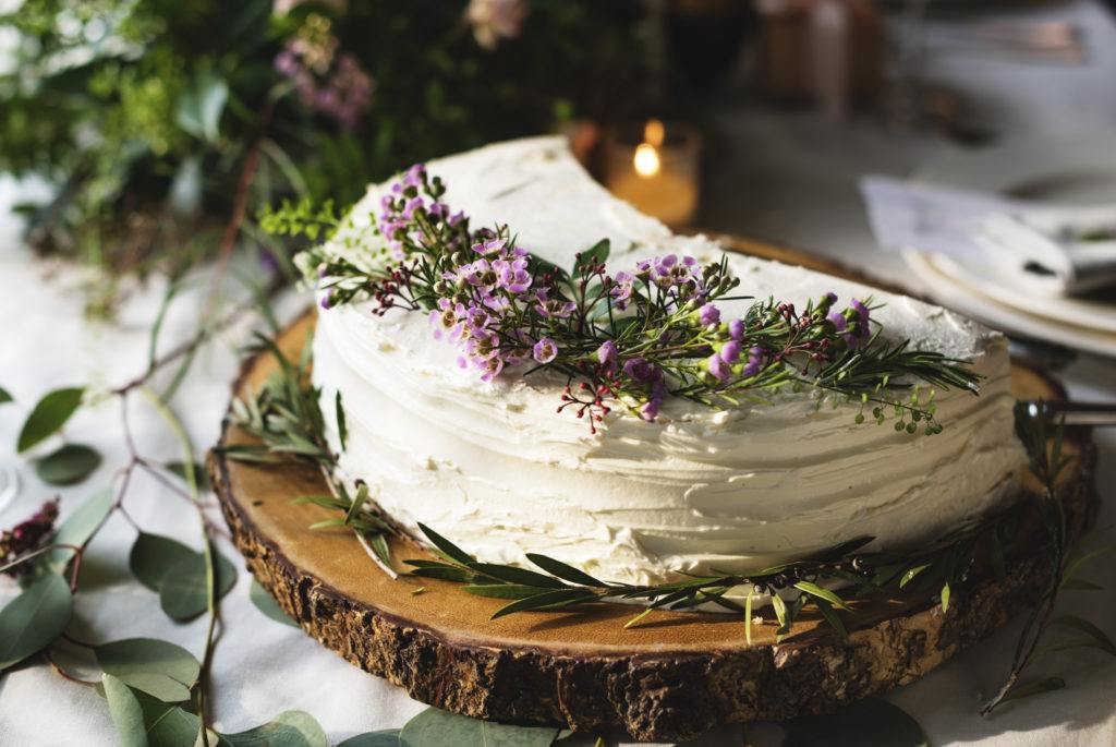 Rustykalny tort ustawiony na drewnianym plastrze