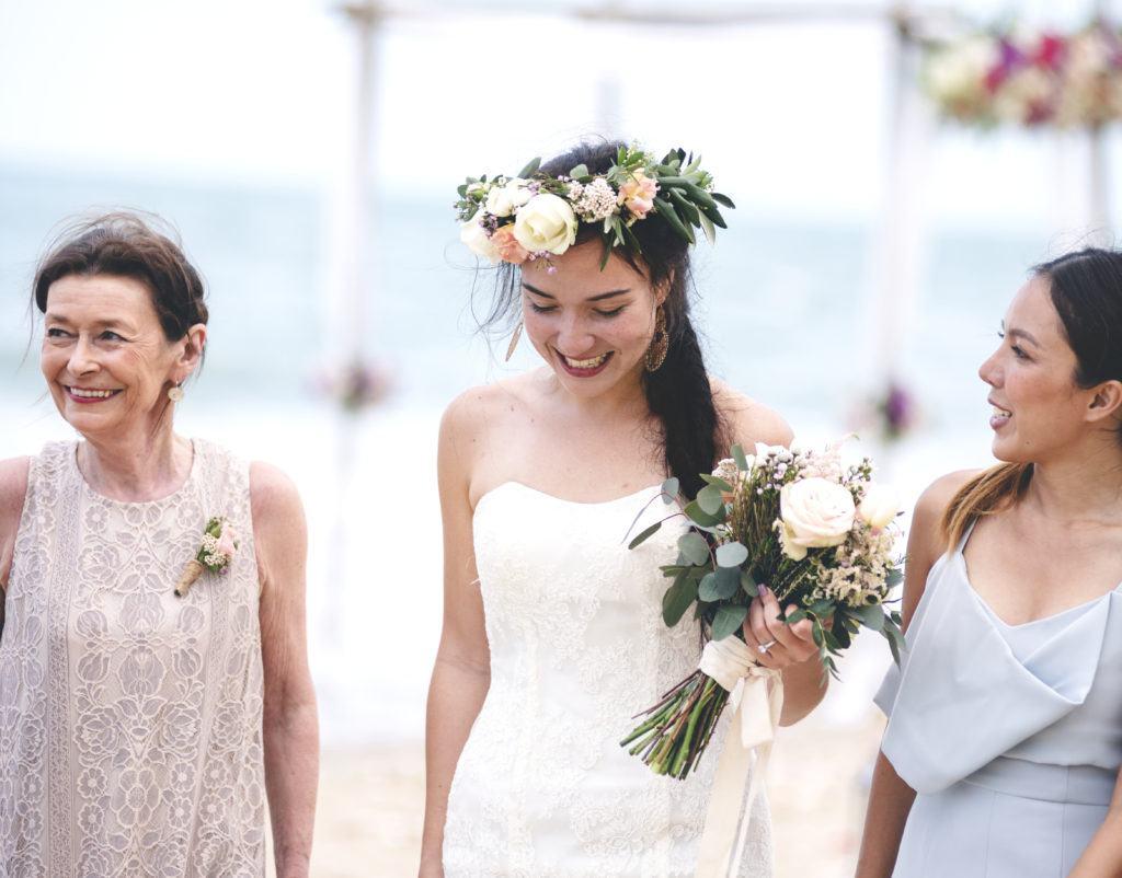 Wianek ślubny z żywych kwiatów na głowie przyszłej panny młodej