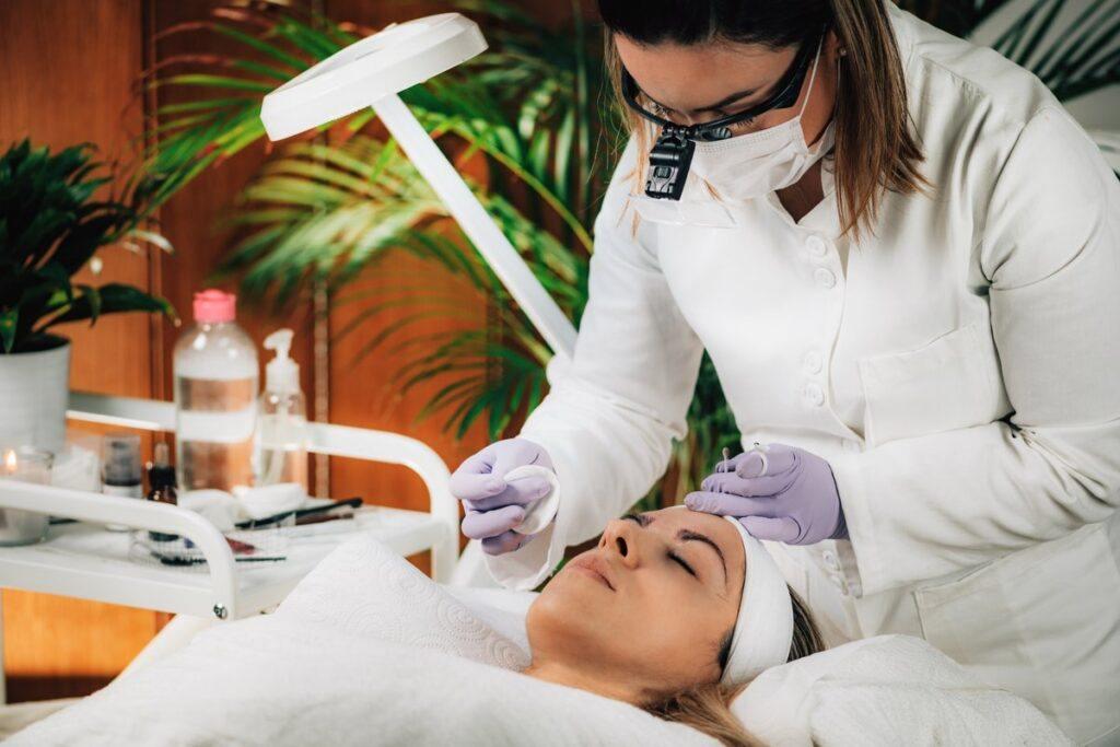 Kobieta podczas robienia makijażu permanentnego