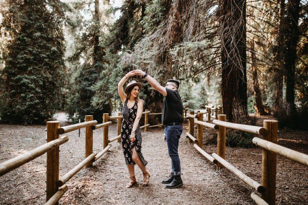 Młode małżeństwo tańczy w lesie