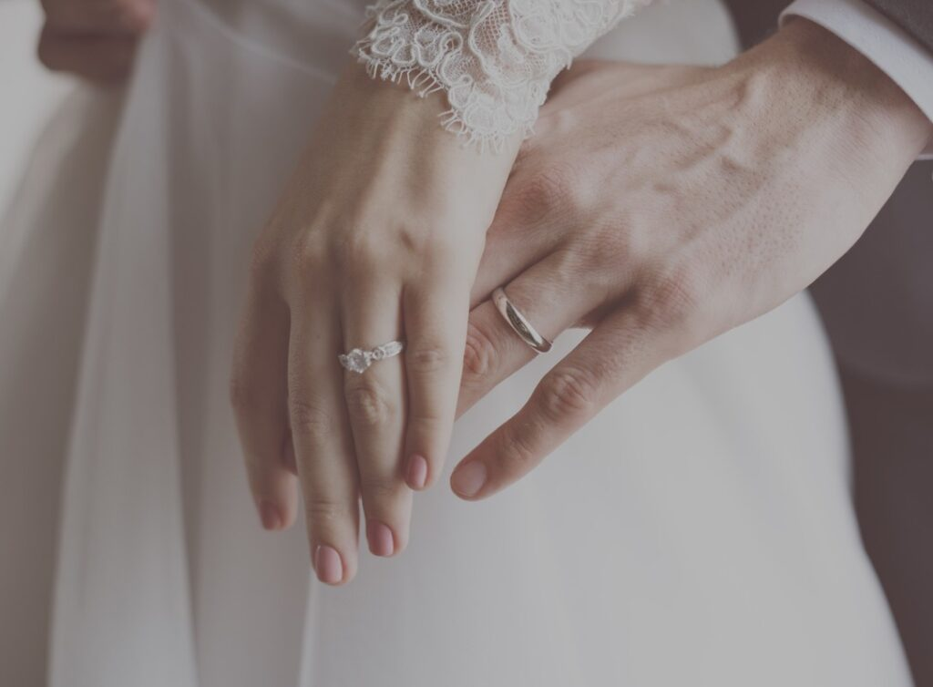 Obrączki na dłoniach pary młodej po złożeniu przysięgi ślubnej
