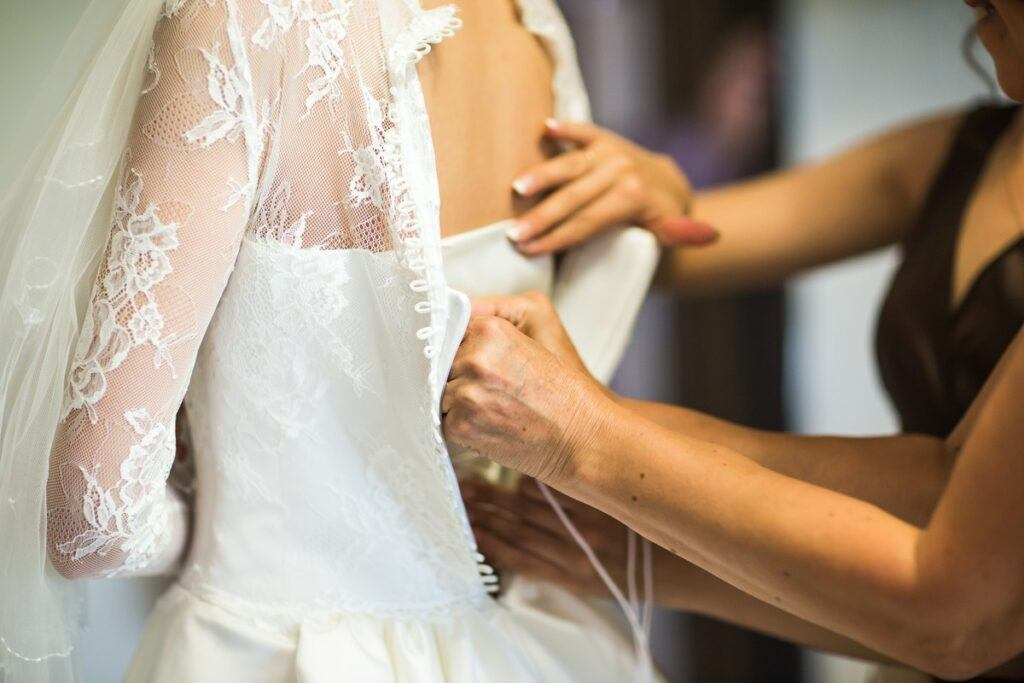 Panna młoda ubiera suknię ślubną