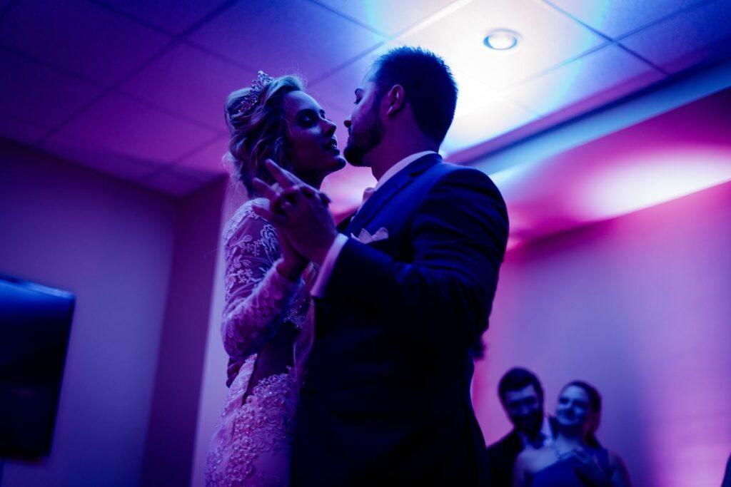 Para młoda tańczy na weselu