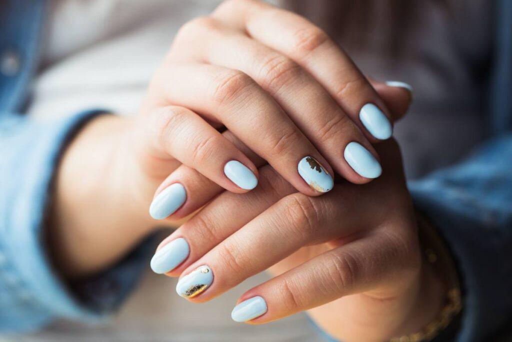 Niebieskie paznokcie ślubne z dodatkiem złota
