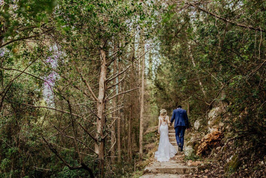 Para młoda w górach podczas kręcenia teledysku ślubnego