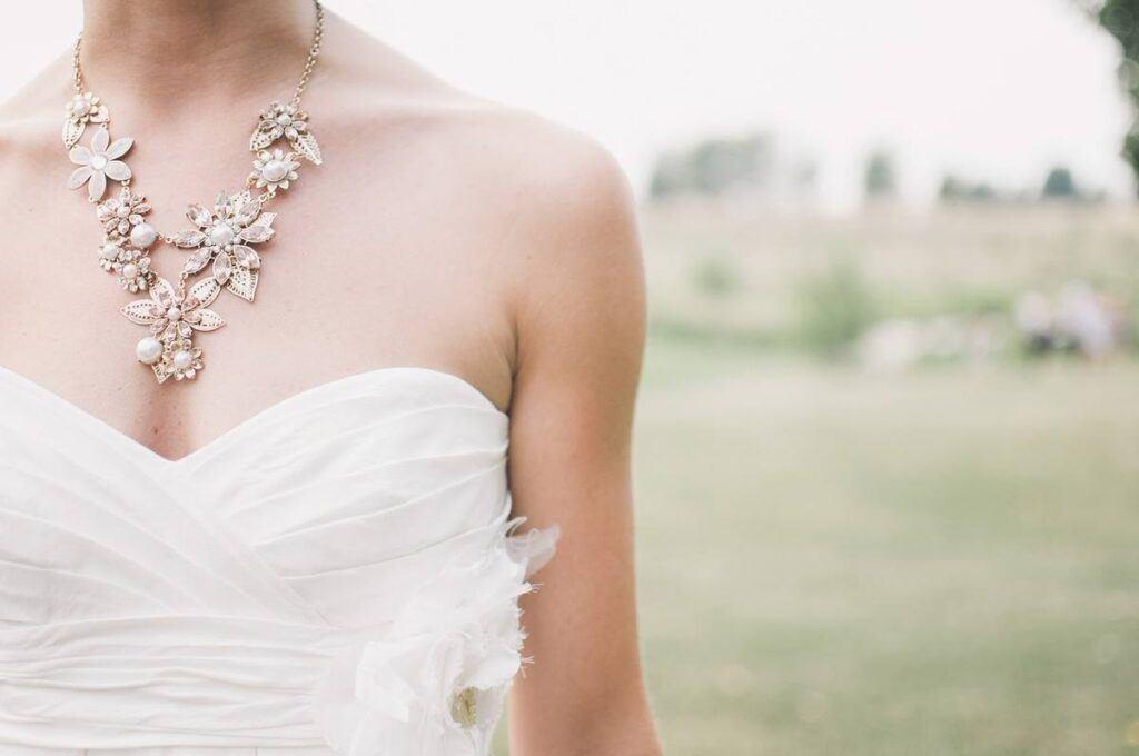 Biżuteryjny naszyjnik na szyi panny młodej