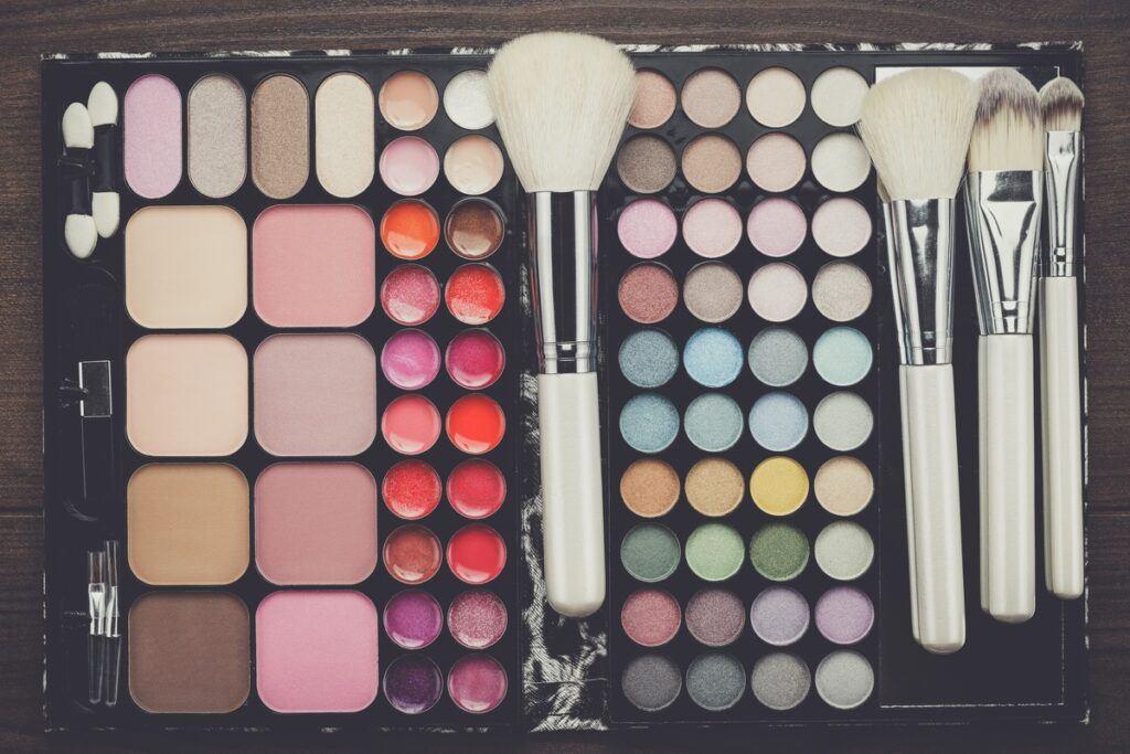 Zestaw do makijażu - pędzle, cienie, róże