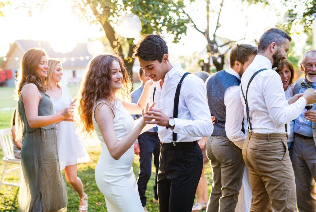 Goście bawią się przy piosenkach weselnych