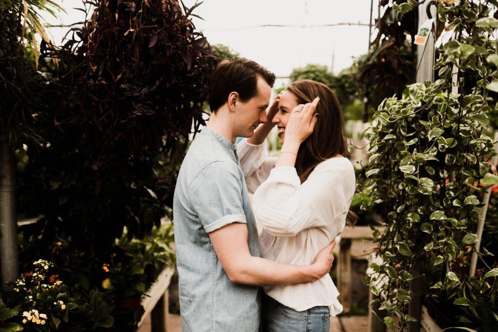 Zakochana para składa sobie życzenia na rocznicę ślubu