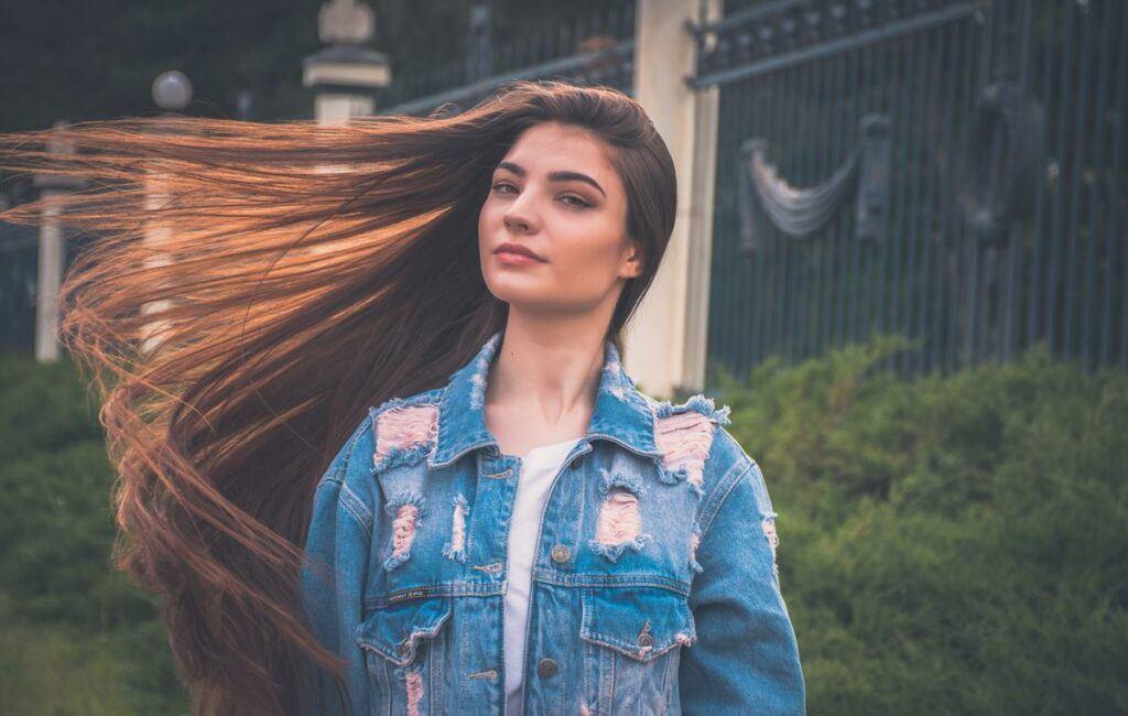 Brunetka z rozwianymi włosami