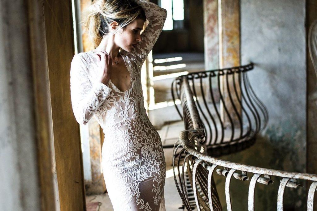 Panna młoda w sukni ślubnej w stylu boho