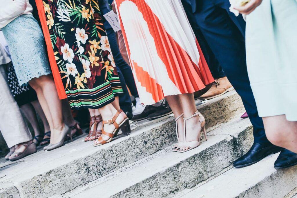Kolorowe sukienki na wesele dla puszystych