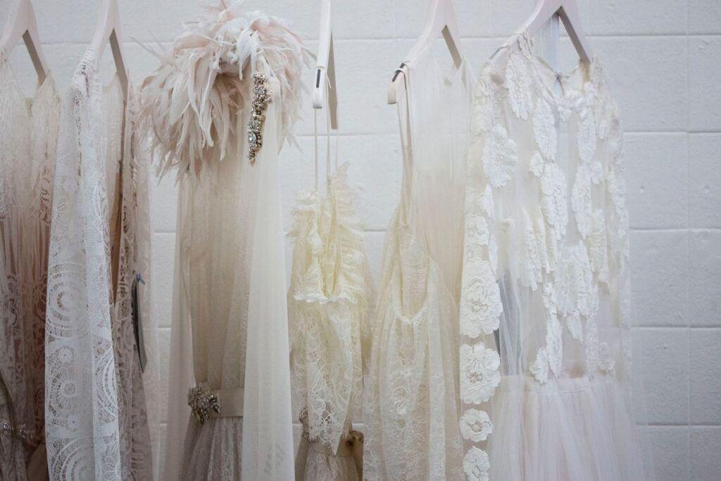 Suknie ślubne rustykalne na wieszakach